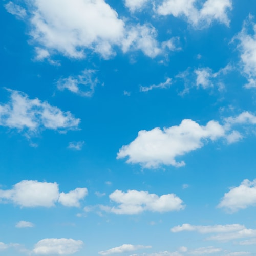 Ein blauer Himmel mit vielen weißen Wolken